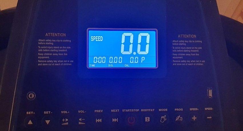 Das LCD-Display des ArtSport Speedrunner 3500 Laufbands leuchtet blau und ist besonders im Dunkeln gut lesbar.