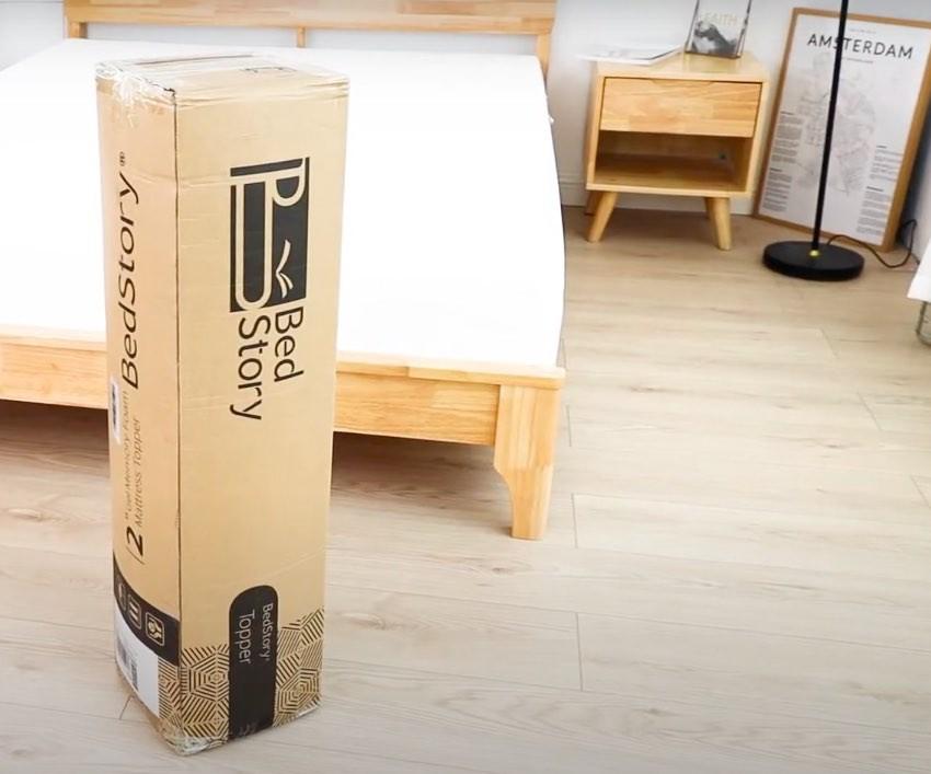 Der Bedstory Matratzentopper wird in einem Karton geliefert.