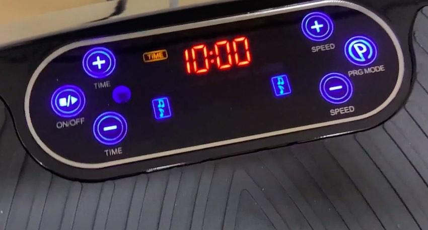 Das Display der Bluefin Fitness Ultra Slim Power Vibrationsplatte ist vergleichsweise groß und hell.
