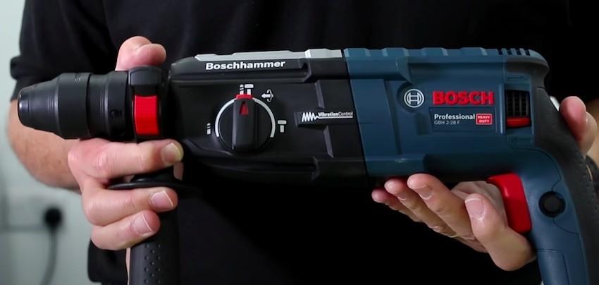 Der Bosch GBH 2-28 F Bohrhammer nach dem Auspacken.