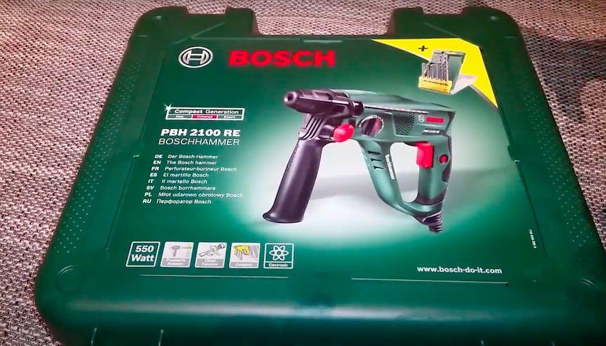 Der Bosch PBH 2100 RE Bohrhammer wird im grünen Transportkoffer ausgeliefert