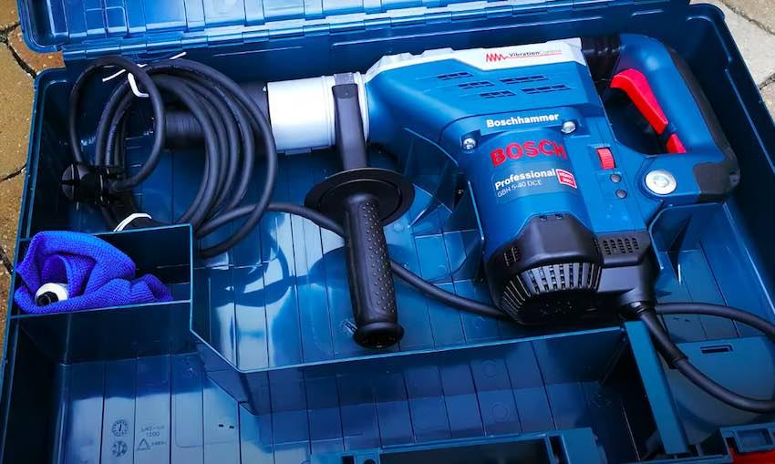 Der Bosch Professional GBH 5-40 DCE Bohrhammer im Transportkoffer.