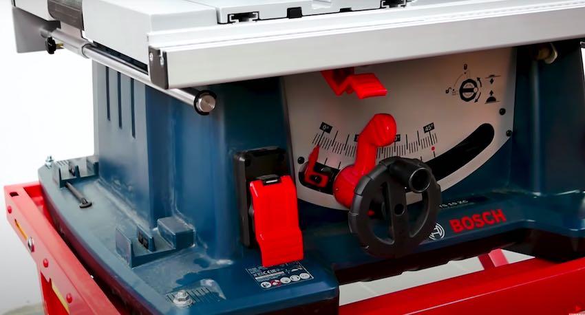 Die Höhen- und die Winkelverstellung des Sägeblattes bei der Bosch Professional GTS 10 XC Tischkreissäge.