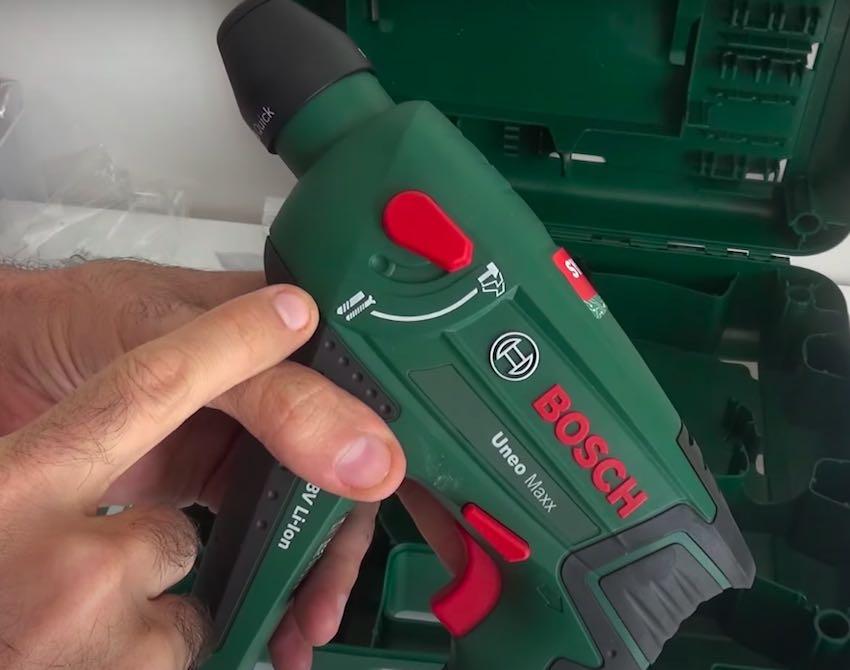 Der Bosch Uneo Maxx Akku-Bohrhammer kann Schlagbohren, Bohren und Schrauben.