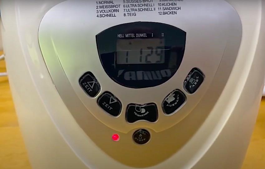 Das Bedienpanel und LCD-Anzeige des Clatronic BBA 3505 Brotbackautomats.