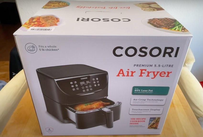 Die Cosori 5,5L XXL Heißluftfritteuse wird in einem schicken Karton geliefert.
