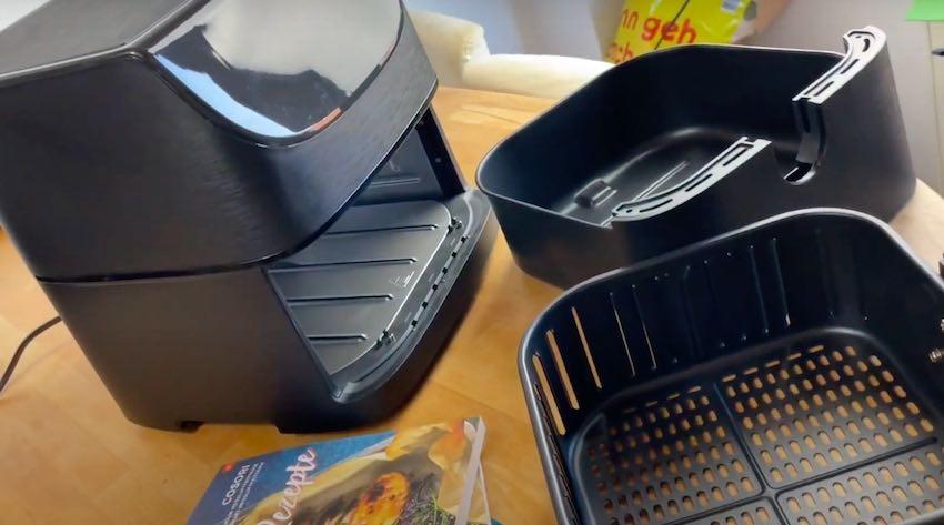Ein spülmaschinenfester, abnehmbarer Antihaft-Frittierkorb ist dabei.
