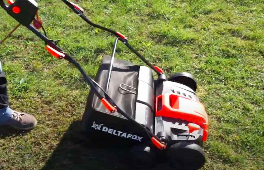Der Deltafox DG-ESA 1536 Elektro-Vertikutierer nach dem Zusammenbau beim ersten Testlauf.