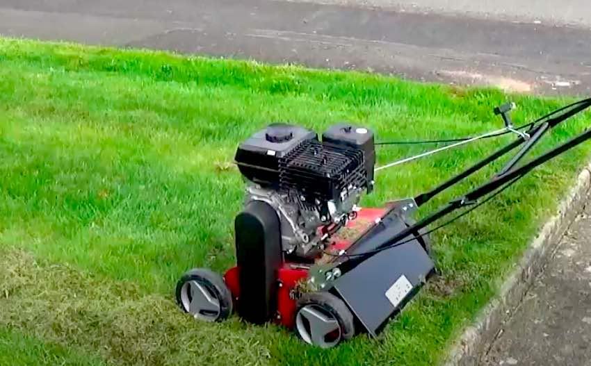 Der Einhell GC-SC 2240P Benzin-Vertikutierer bei der Arbeit, der Fangsack wurde abgenommen.