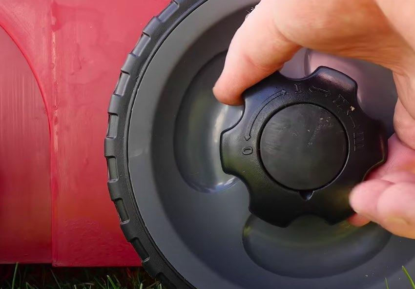 Die Arbeitstiefe beim Einhell RG-SA 1433 Elektro-Vertikutierer wird direkt am Rad eingestellt.