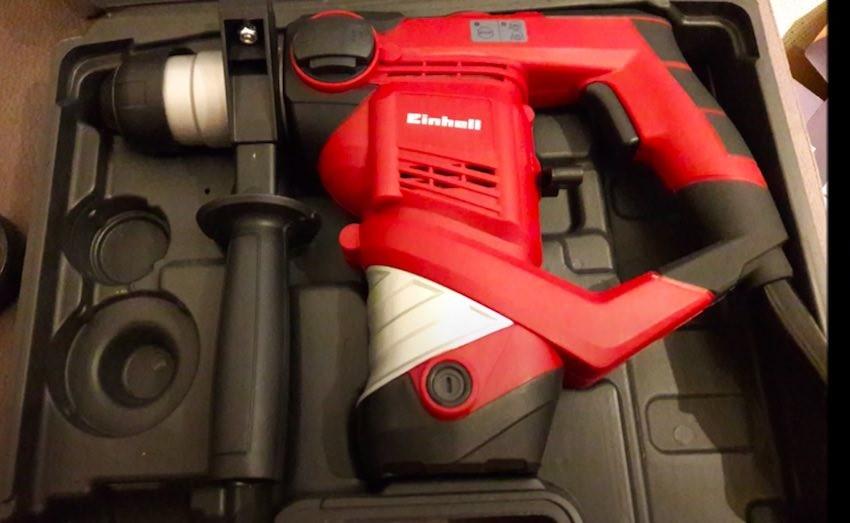Der Einhell TC-RH 900 Bohrhammer wird in einem stabilen Koffer geliefert.