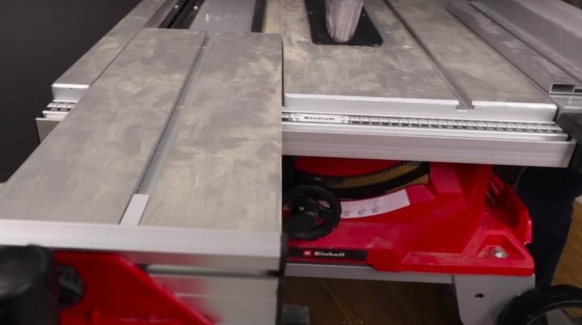 Der integrierte Schiebeschlitten bei der Einhell TE-CC 250 UFTischkreissäge.