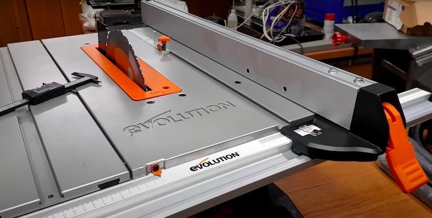 Die Evolution Power Tools Rage 5S Tischkreissaege bereit zum Einsatz.