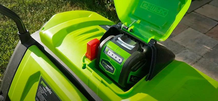 Der Greenworks G40DT35 Akku-Vertikutierer ist bereits für seinen ersten Arbeitseinsatz.