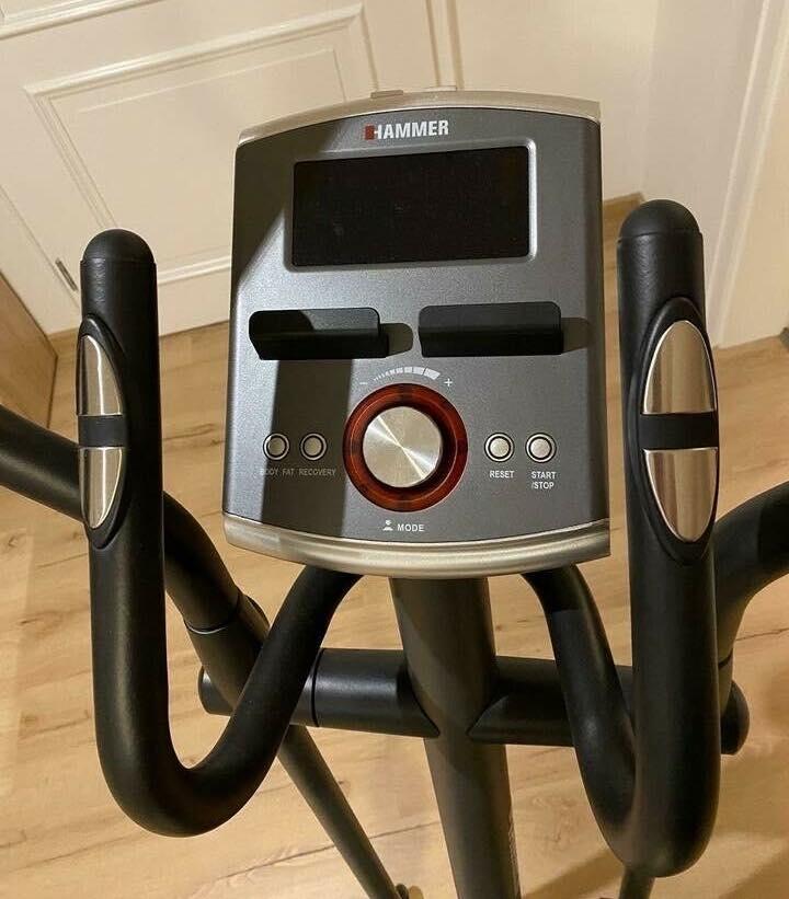Das Bedienpanel des Hammer Cross-Motion BT Crosstrainer mit dem großen Push & Turn Knopf.
