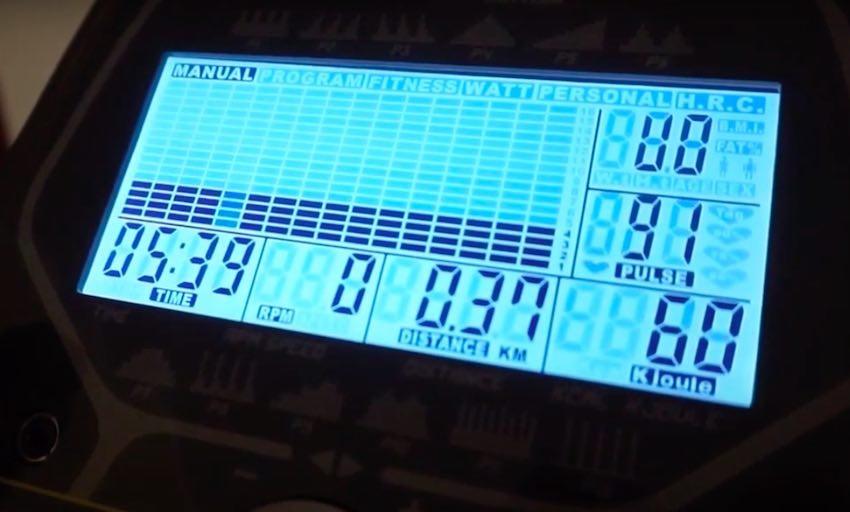 Das große Display beim Kettler AXOS Elliptical P Crosstrainer Ellipsentrainer.