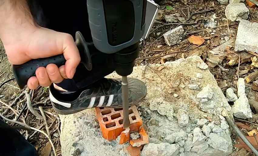 Der Makita HR2470BX40 Kombi Bohrhammer beim Meißel-Test.