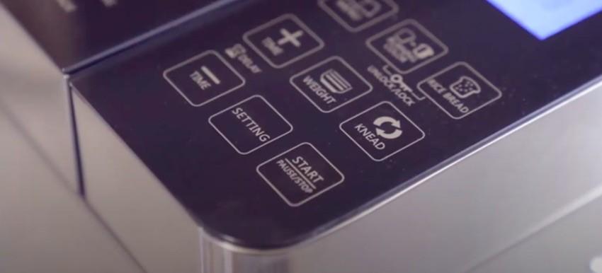 Das Bedienpanel des MooSoo MB30 Brotbackautomats ist in Englisch.