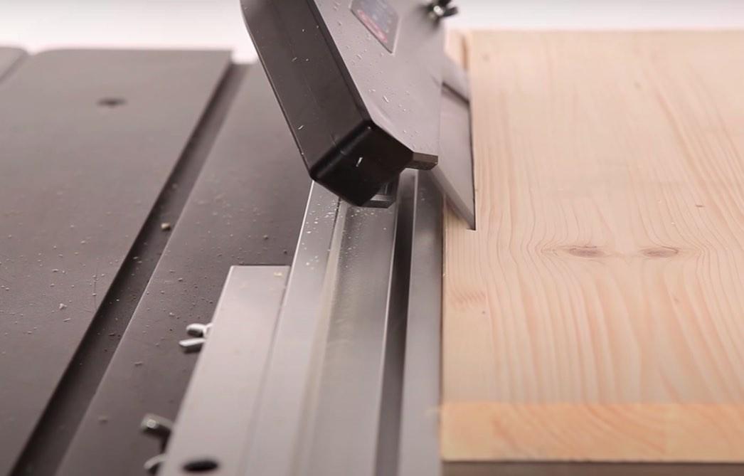 Exakte 45-Grad Gehrungsschnitte sind mit der Scheppach HS100STischkreissäge kein Problem.