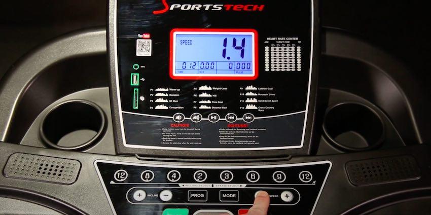 Das übersichtliche Bedienpanel des Sportstech F31 Laufbands überzeugt durch die klare Struktur und das große LCD-Display.