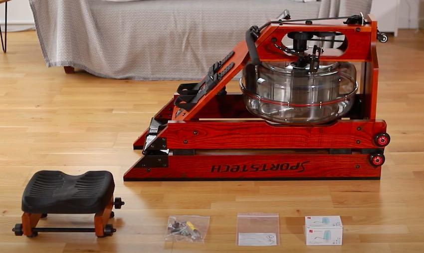 Das Sportstech WRX700 Wasser-Rudergerät vor dem Aufbau.