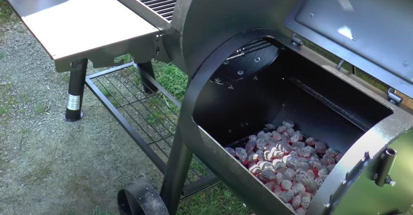 Der Tepro Indianapolis BBQ Smoker mit durchgeglühter Kohle.