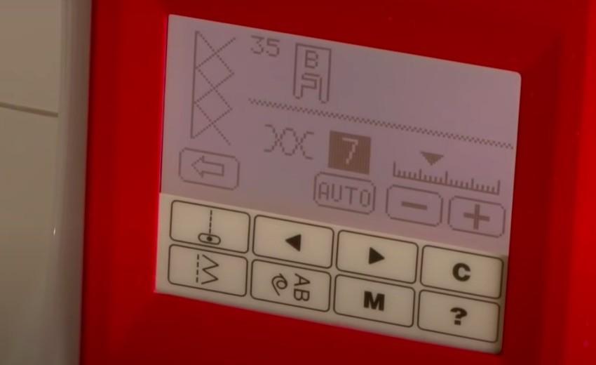 Das übersichtliche Display der Wertarbeit W6 N5000 Nähmaschine.