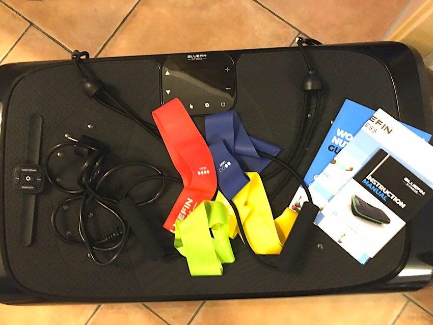Die Bluefin Fitness 4D Vibrationsplatte wird mit jede Menge Zubehör geliefert.