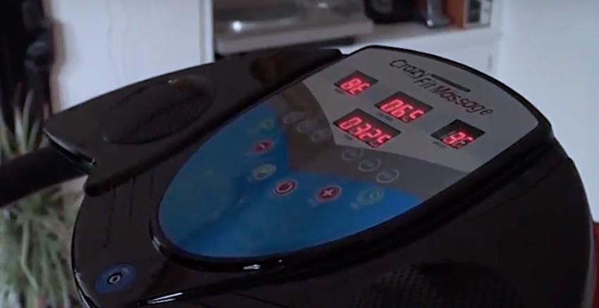 Das große Bedienpanel der Bluefin Fitness Pro Vibrationsplatte.