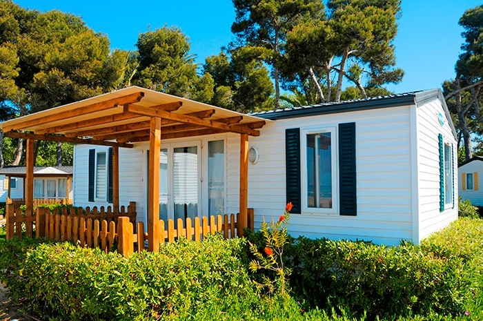 Ein Campinghaus im Grünen mit einem Gas Durchlauferhitzer drin
