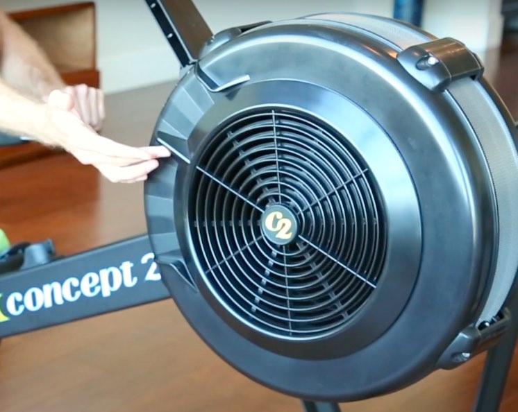 Die Luftklappen des Concept2 Indoor Rower Modell D Rudergeräts können manuell verstellt werden, um den Luftwiderstand genau einzustellen.
