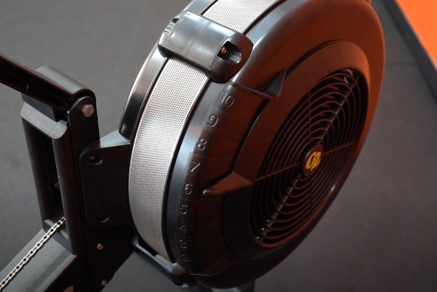 Hier wird der Luftwiderstand des Concept2 Rudergeräts erzeugt.