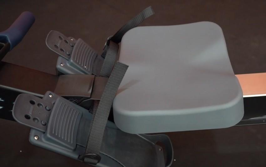 Der Sitz sieht auf den ersten Blick nicht allzu bequem aus.
