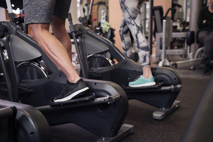 Das Trainieren auf einem Crosstrainer beansprucht weniger Muskelgruppen, als ein Training mit dem Rudergerät.