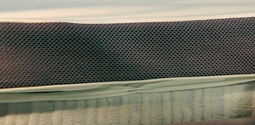 Ein Eazzzy Matratzentopper in der Nahaufnahme mit offenem Reißverschluss.