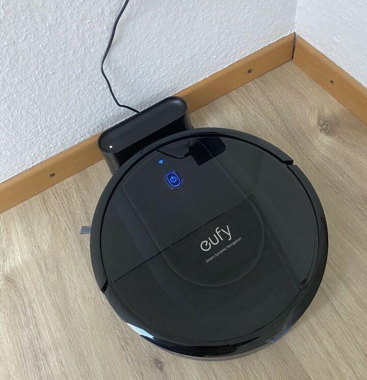 Der eufy RoboVac G10 Hybrid Saug- und Wischroboter an seiner Ladestation.
