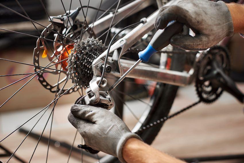 Wer es sich zutraut, kann einige Reparaturen am Fahrrad selbst vornehmen.