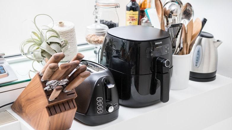 So groß kann eine Heißluftfritteuse sein - verglichen mit einem Messerblock, Toaster und Mini-Wasserkocher. (Bildquelle: Wirecutter/Michael Sullivan)