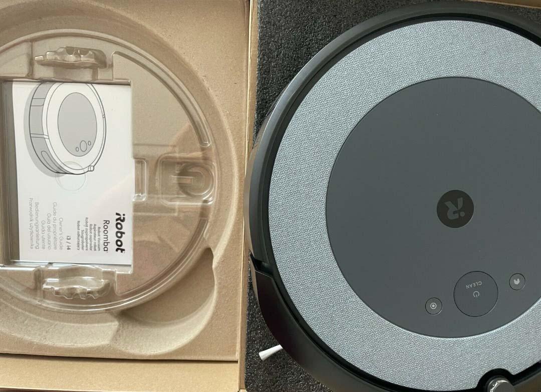 Der iRobot Roomba i3+ Saugroboter wird ausgepackt.