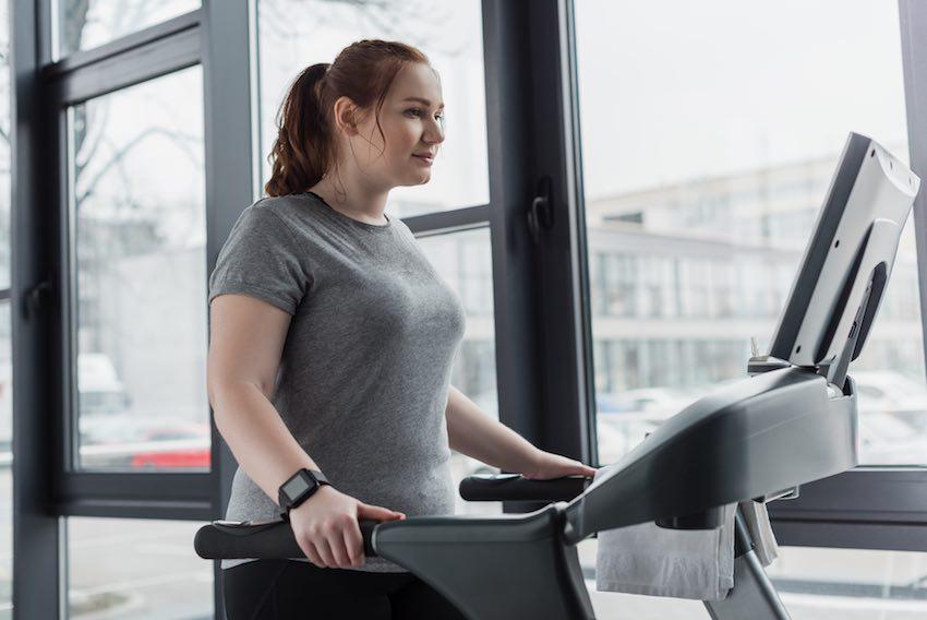 Ein regelmäßiges Training auf dem Laufband eignet sich hervorragend, um überschüssigen Pfunde zu verlieren.