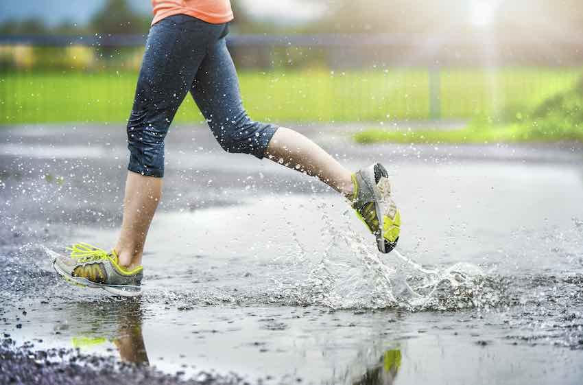 Nicht jeder möchte bei jedem Wetter draußen laufen, bei ungünstigen Wetterverhältnissen ist ein Laufband praktisch.