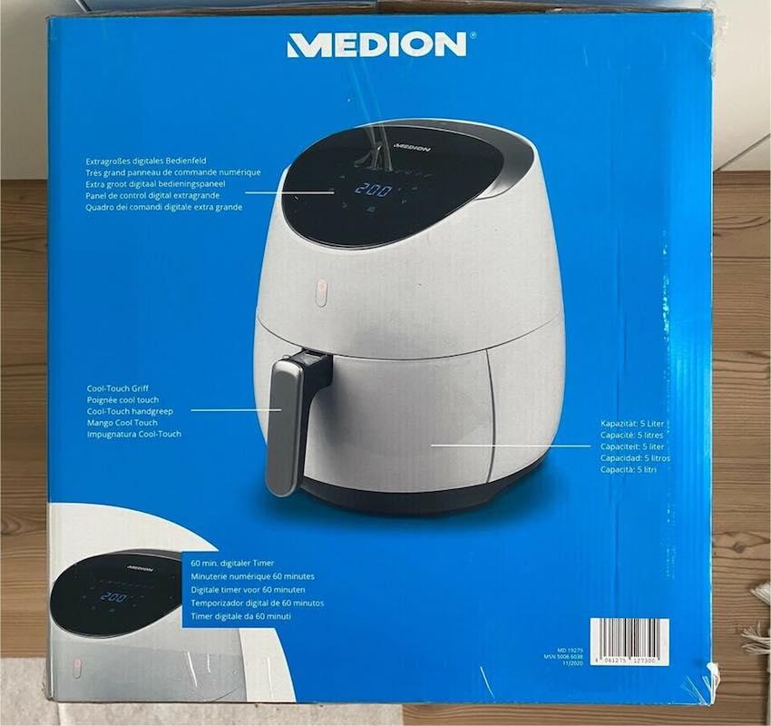 Die Medion 5L XXL Heißluftfritteuse wird in einem blauen Karton geliefert.