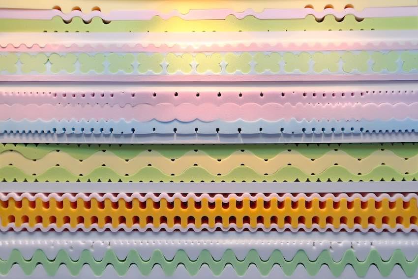 Dieser Querschnitt zeigt unterschiedliche Arten des Memory Foam, das für Matratzen und Matratzentopper verwendet wird.
