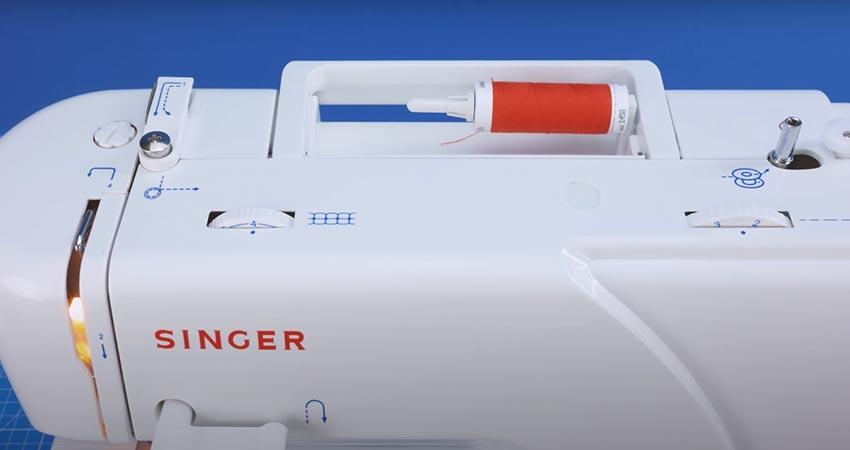 Das Einfädeln gestaltet sich mit der Singer Mercury 8280 Nähmaschine kinderleicht, trotz fehlenden Einfädelhilfe.