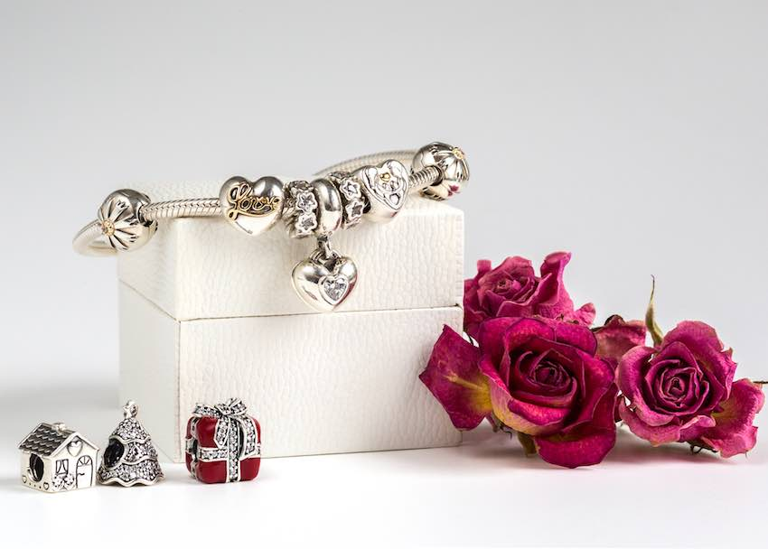 Ein silbernes Pandora-Armband mit Rosen.