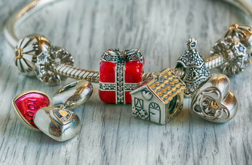 Ein silbernes Pandora Armband mit Charms.
