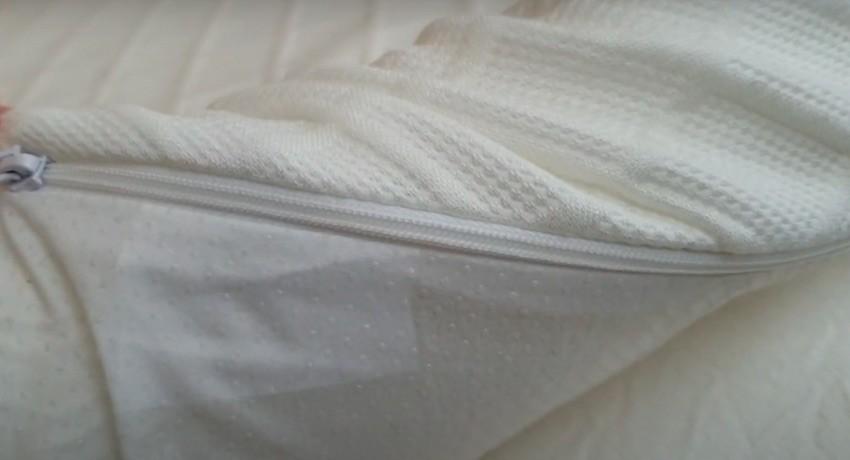 Der Bezug des Recci Matratzentoppers hat eine genoppte, rutschfeste Unterseite. Die Oberseite ist aus kuschelweichen Bambusviskose.