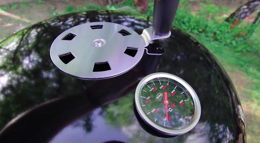 Der Deckel des RÖSLE Smoker No. 1 F50-S mit eingebauten Thermometer und Luftabzug.