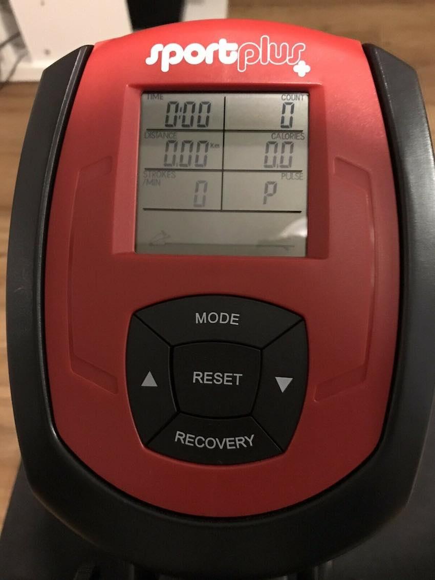 Das übersichtliche Display beim SportsPlus SP-MR-008-B Rudergerät.