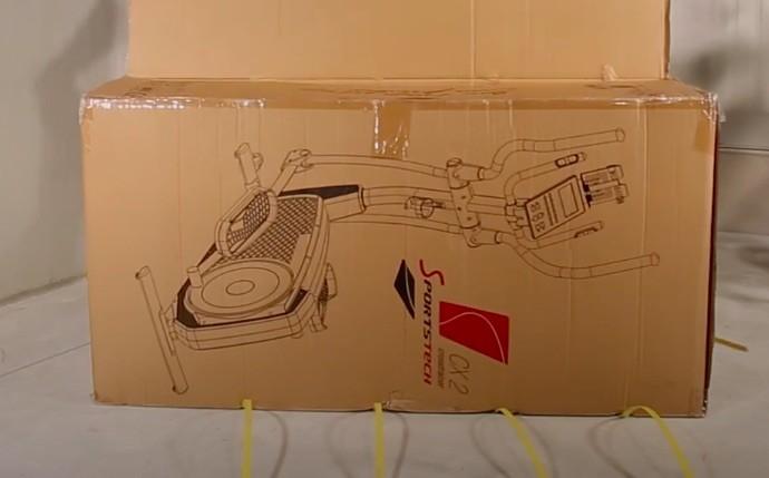 Der Sportstech CX2 Crosstrainer wird in einem 170cm langen, 56kg schweren Karton geliefert.